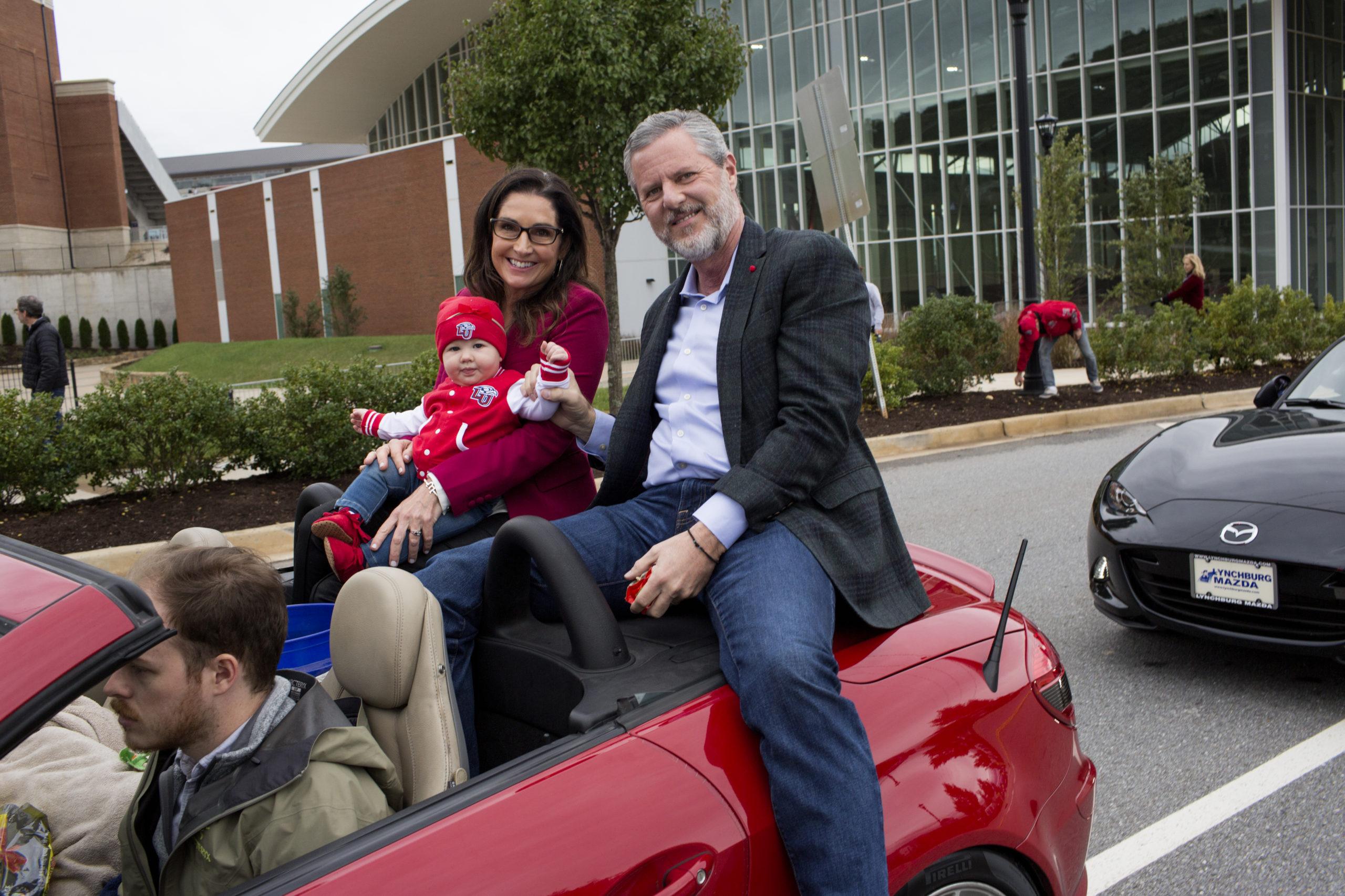 Jerry Falwell Jr., alors président de la Liberty University, monte avec sa femme Becki et un petit-enfant lors du défilé annuel du week-end de retour à l'école le 20 octobre 2018 à Lynchburg, en Virginie.