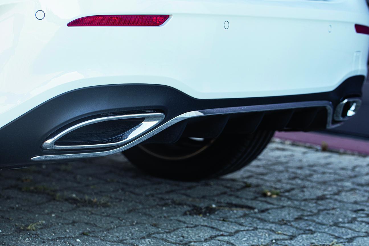 Les pointes de la Mercedes A 250 e sont fausses. L'échappement est sous le plancher, entre les sièges avant