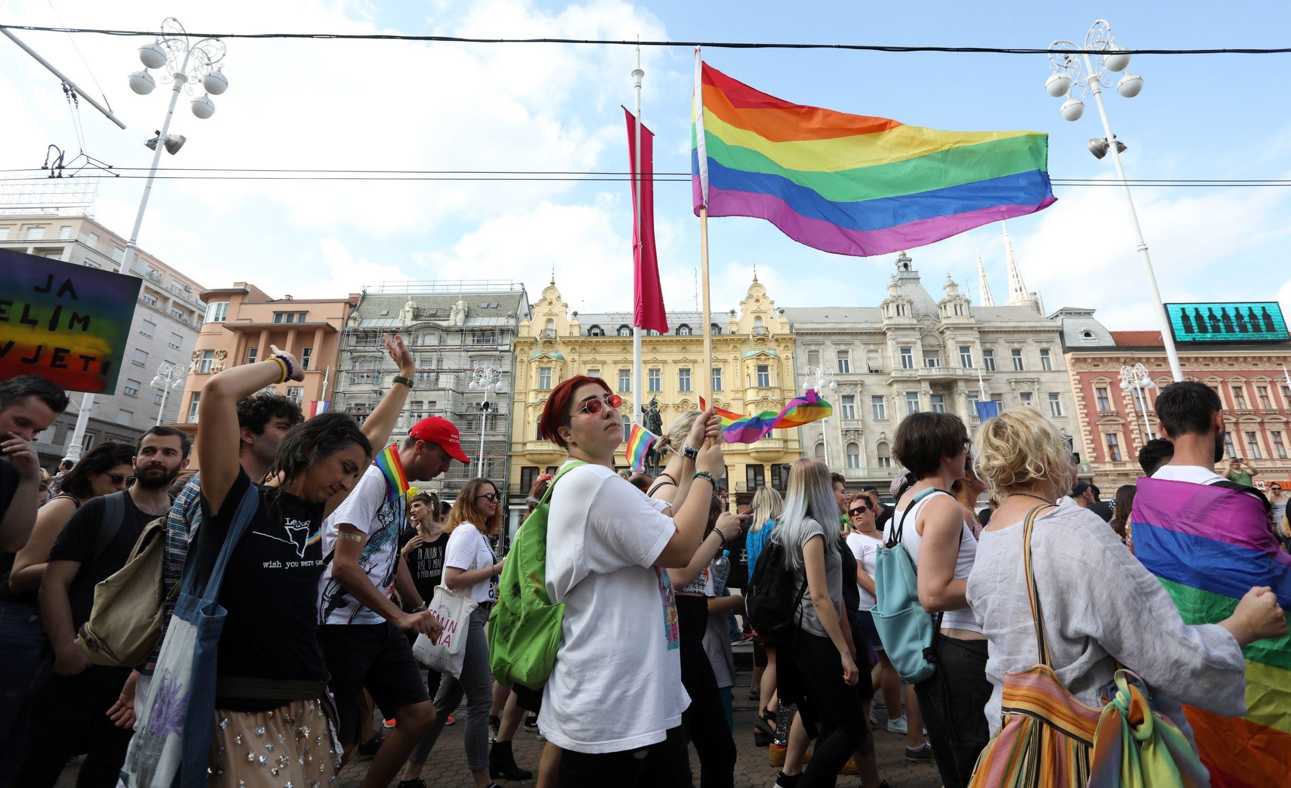 Un Couple Gay Devient Le Premier Parent D'accueil De Même