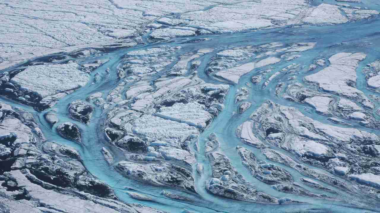 Un morceau massif de calottes glaciaires du Groenland s'était rompu, tombait dans la mer;  preuve d'un changement climatique rapide