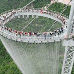 Un point de vue en verre, des cascades et 2000 lumières à une hauteur de 500 mètres: c'est le Huangtengxia Tianmen Sky Walk