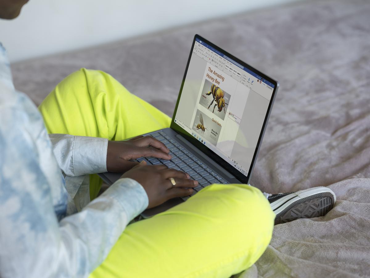 Microsoft Surface Laptop Go sur les genoux