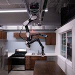 Le dernier robot de Toyota est suspendu au plafond pour éviter de prendre de l'espace lors des travaux ménagers