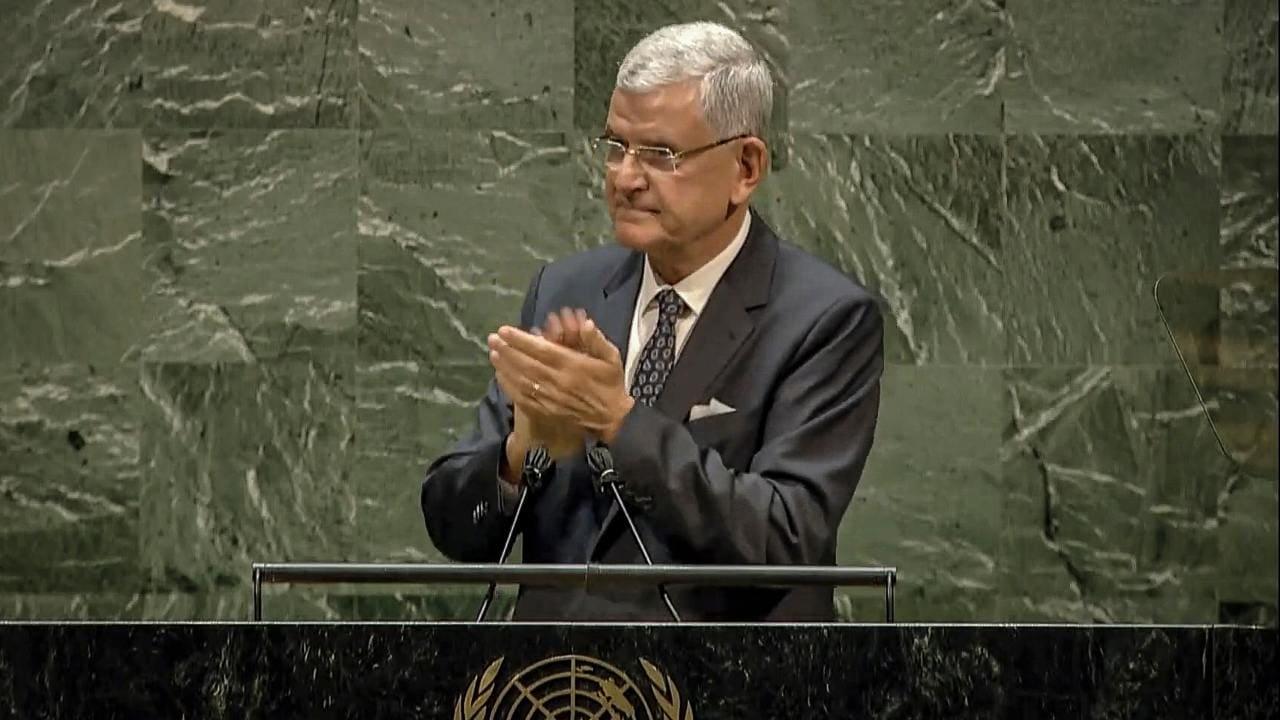 Dans cette image de l'UNTV, Volkan Bozkir, président de la 75e session de l'Assemblée générale des Nations Unies, applaudit alors qu'il prononce le discours de clôture, mardi 29 septembre 2020, au siège de l'ONU à New York.  (UNTV via AP)