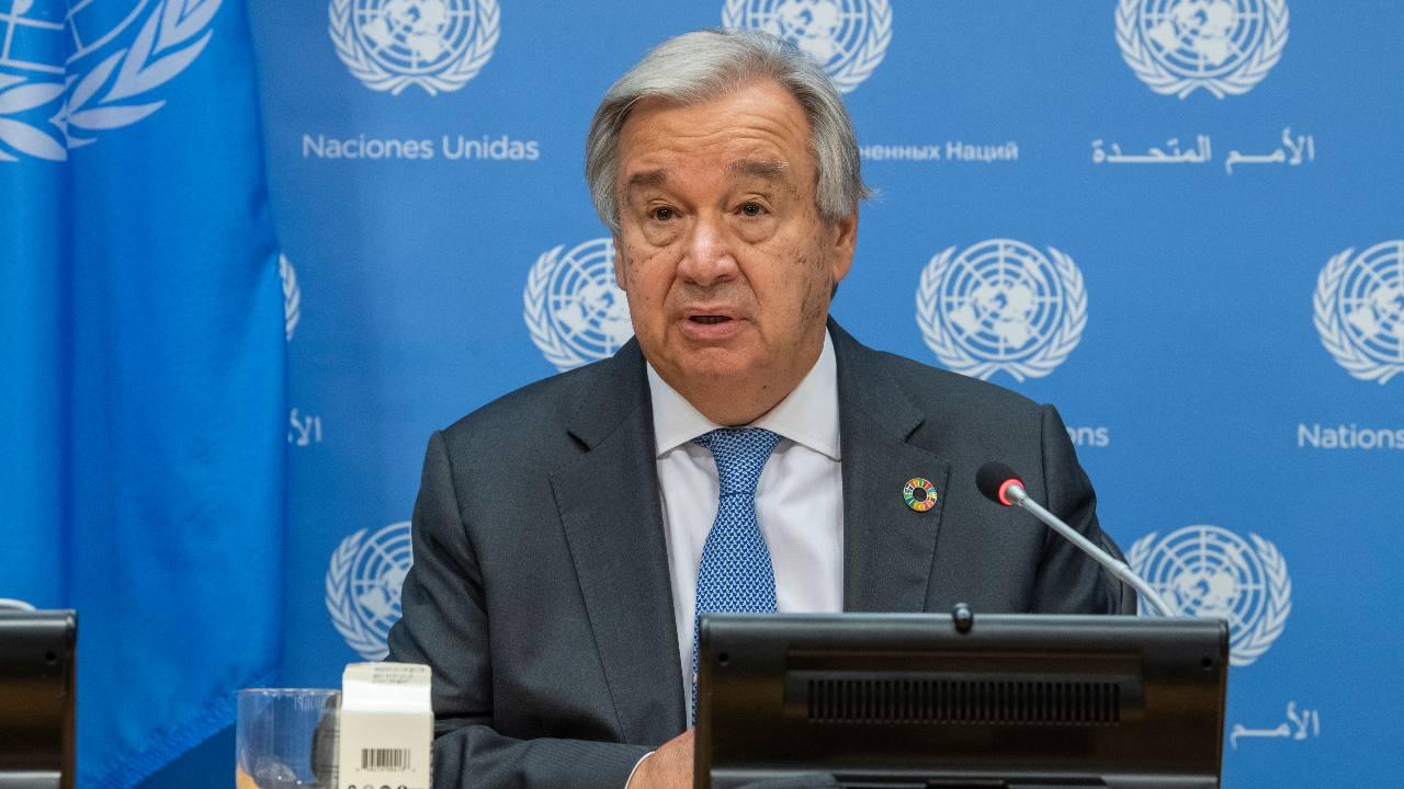 Sur cette photo fournie par les Nations Unies, le secrétaire général Antonio Guterres informe les journalistes lors de la 75e session de l'Assemblée générale des Nations Unies, mardi 29 septembre 2020, au siège de l'ONU à New York.  (Rick Bajornas / Photo ONU via AP)