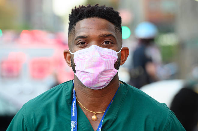 Docteur en masque jetable