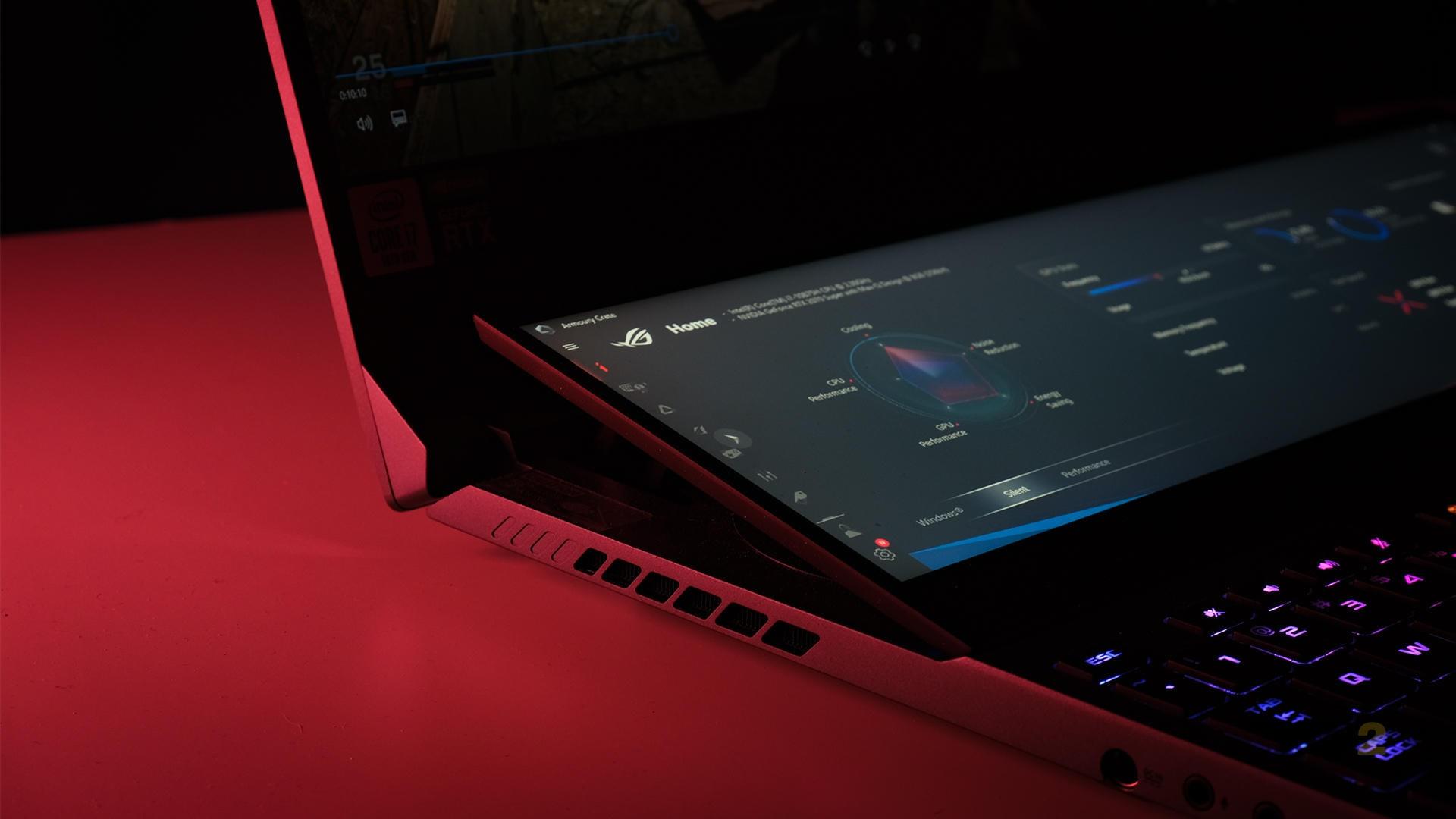 L'affichage secondaire est relevé d'environ 13 degrés.  Cela fournit un angle de vue assez décent si vous êtes assis près de l'ordinateur portable.  La charnière est également très robuste et l'écran ne se cassera pas si facilement si vous laissez accidentellement un câble coincé en dessous.  Image: Anirudh Regidi