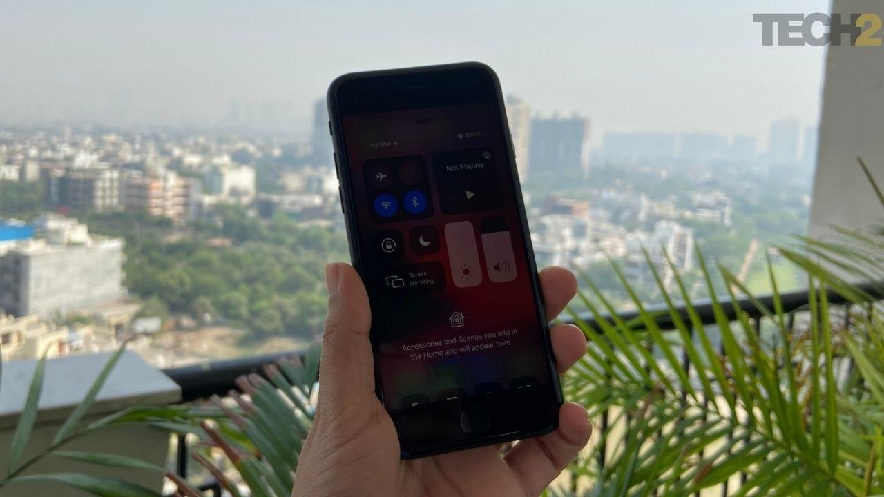 L'iPhone SE utilise l'ancienne interface utilisateur iOS, où vous devez balayer vers le haut pour accéder au centre de contrôle. Image: tech2 / Nandini Yadav