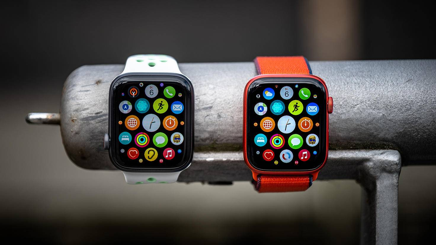 Apple Watch SE (à gauche) et Apple Watch Series 6 (à droite)