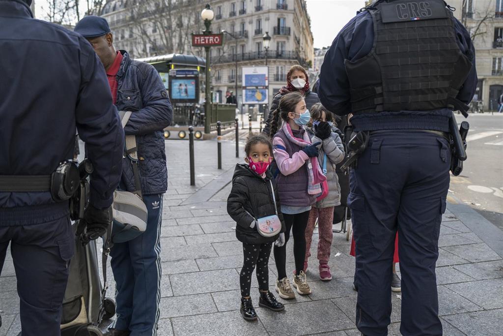 Le Nombre Quotidien D'infections à Coronavirus En France Diminue Légèrement,