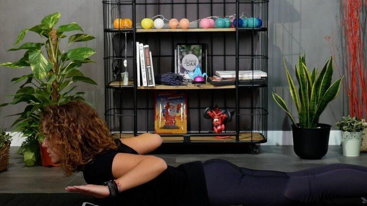 Si vous passez beaucoup de temps assis devant l'ordinateur, voici une routine d'étirements et d'exercices posturaux à faire depuis la maison