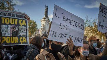 Le Meurtrier Présumé D'un Enseignant En France Aurait échangé Des