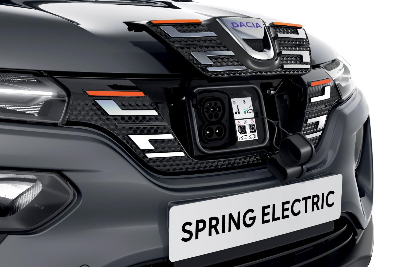 Avec un port de chargement sur la calandre avant, le Dacia Spring peut également être chargé dans des stations rapides