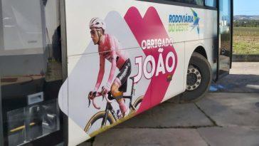 Les Bus De Rodoviária Do Oeste Rendent Hommage Au Cycliste