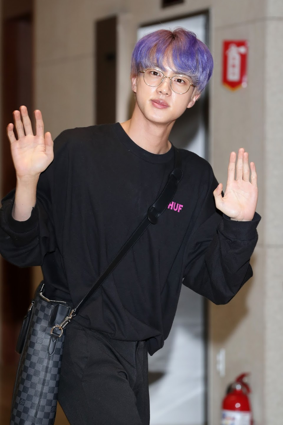 jin-of-boy-band-bts-aka-bangtan-boys-est-vu-à-l'arrivée-news-photo-1568045866