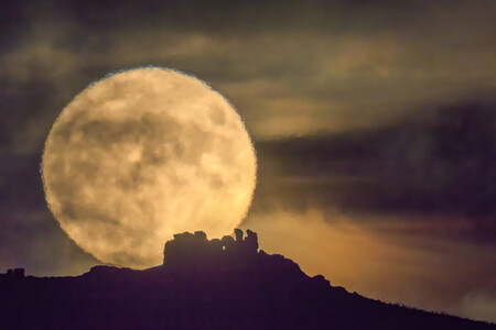 Supermoon Over Three Fingers Rock Caer Caradoc Shropshire Uk The Times Photo de couverture