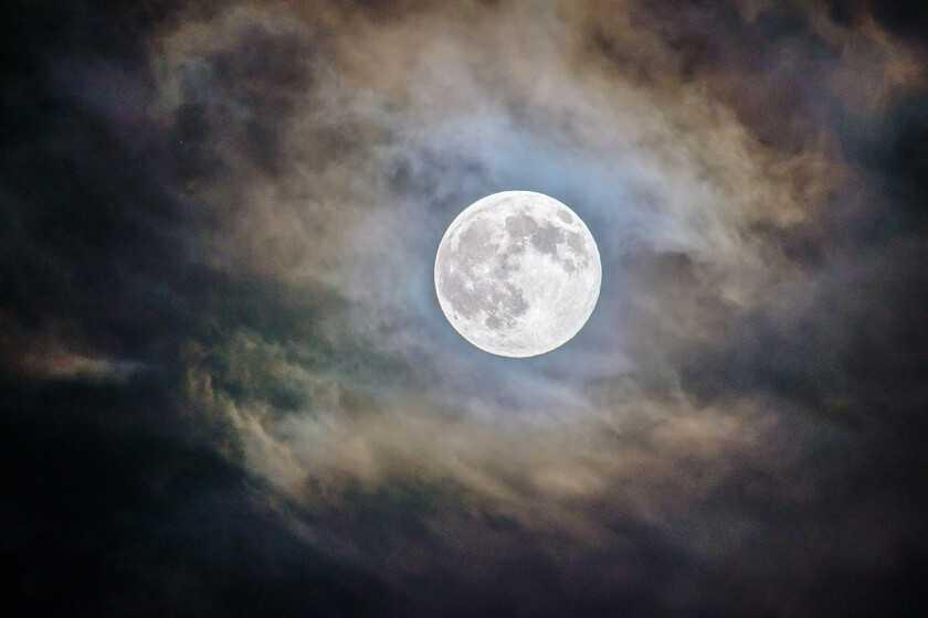 Comment photographier la pleine lune bleue d'Halloween (à ne pas répéter avant 2039): astuces, astuces et matériel nécessaire