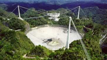 Écouter l'univers pour capturer la vie: c'est ainsi que le célèbre radiotélescope Arecibo parvient à recevoir et envoyer des signaux à des millions d'années-lumière