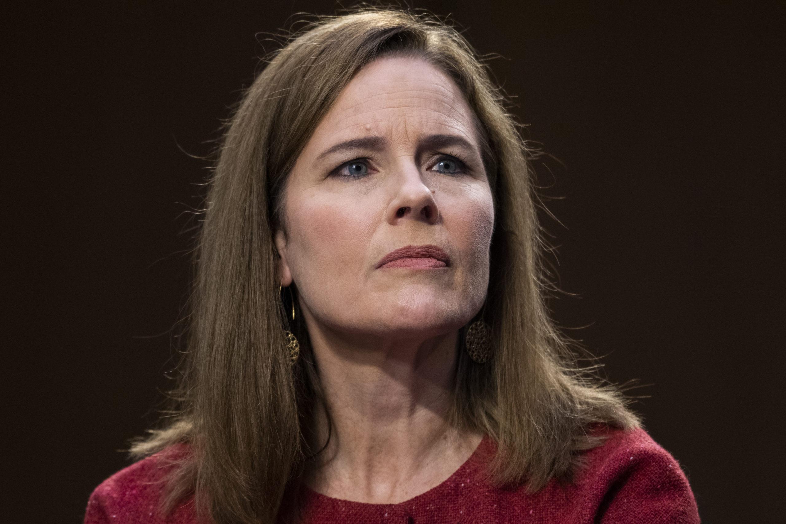 La candidate à la Cour suprême Amy Coney Barrett témoigne le deuxième jour de son audience de confirmation du Comité judiciaire du Sénat.