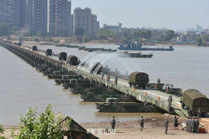C'est ainsi que les soldats chinois assemblent en moins de 30 minutes un pont de plus d'un kilomètre à travers lequel même des chars passent