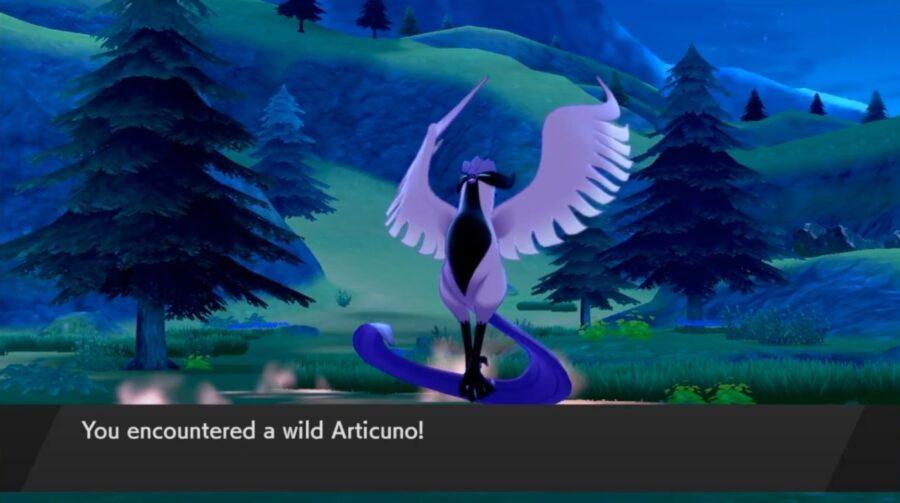 Une capture d'écran montrant le nouveau Galarian Articuno dans le DLC The Crown Tundra