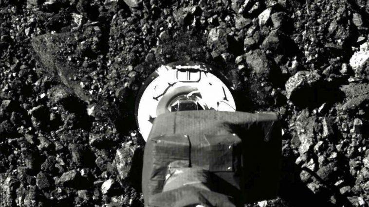 Des échantillons De L'astéroïde Bennu Se Répandent Du Vaisseau Spatial