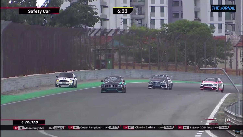 On ne sait pas où une Mini est apparue sur la piste lors d'une course Mercedes à Interlagos