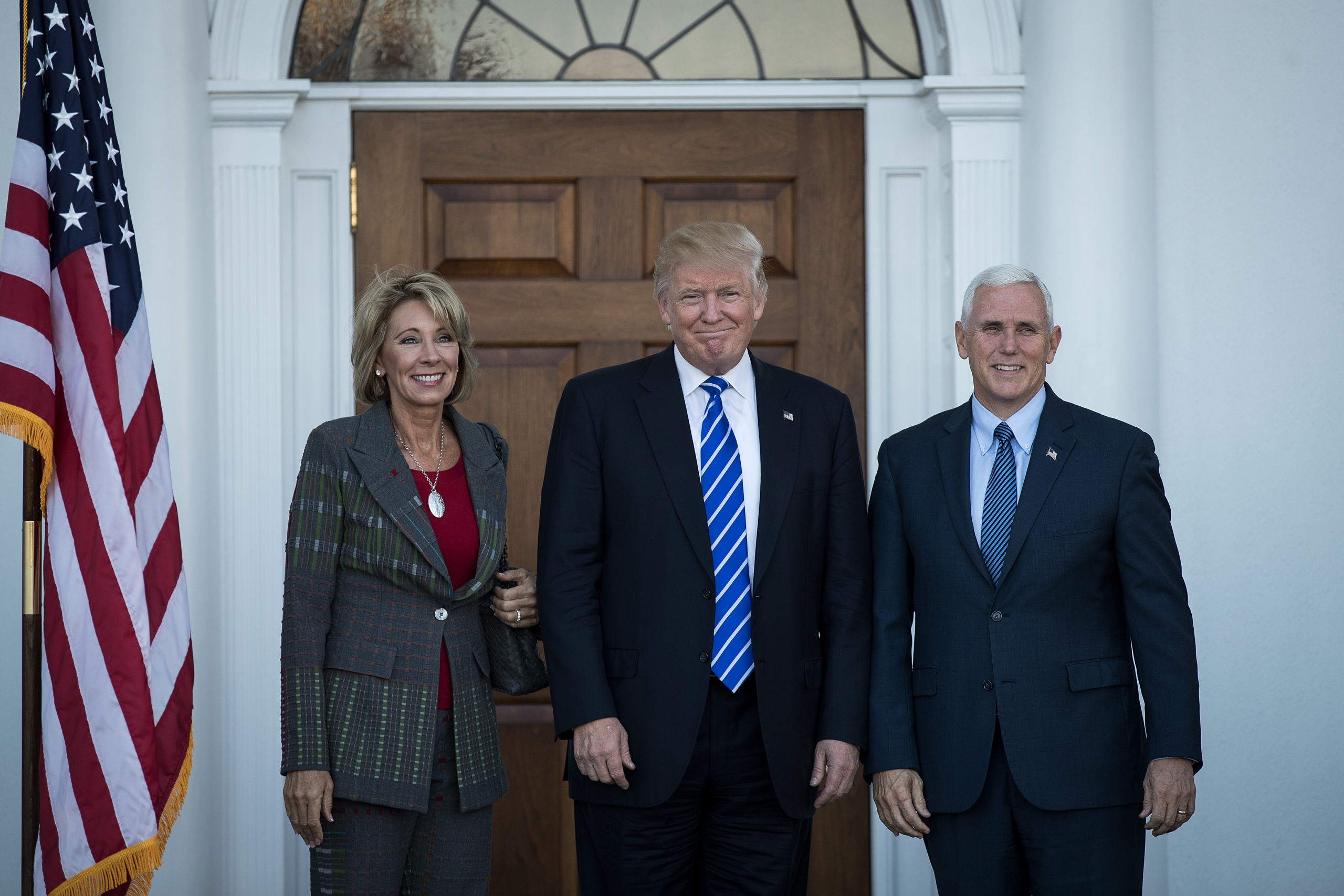 La secrétaire à l'éducation Betsy DeVos pose avec Donald Trump et Mike Pence