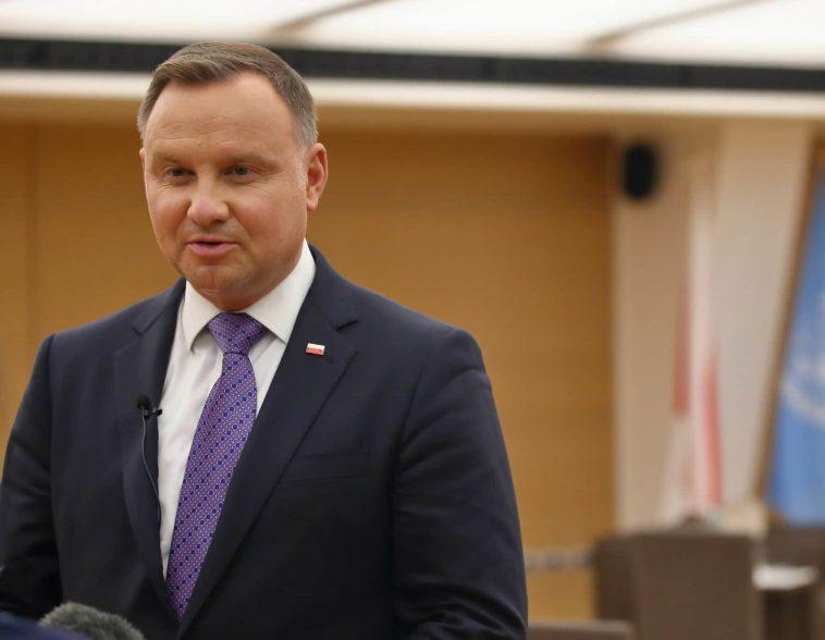 L'homophobe En Chef De La Pologne Est Testé Positif Au