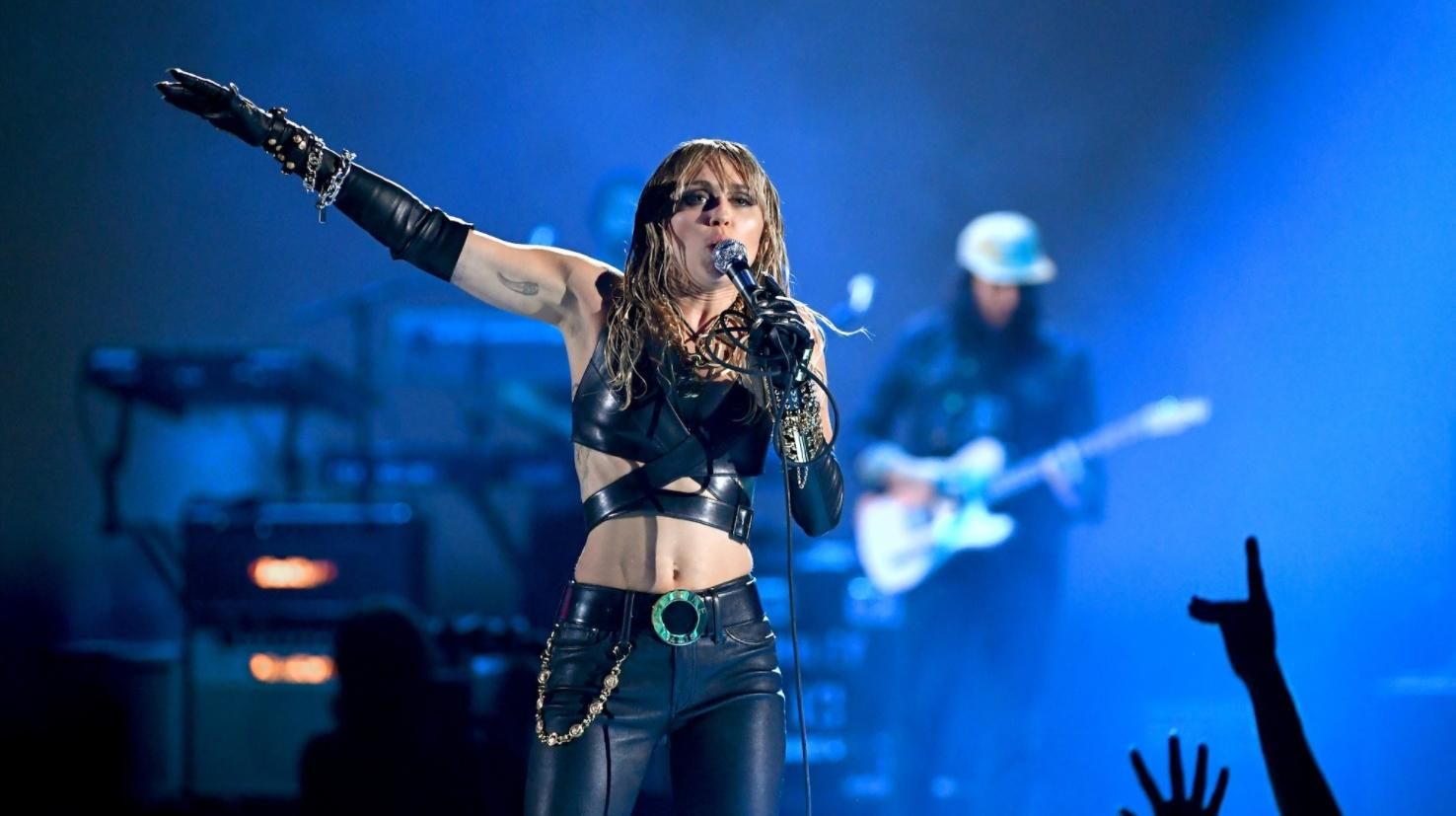 "Miley Cyrus Présente La Reprise De ""boys Don't Cry"" De"