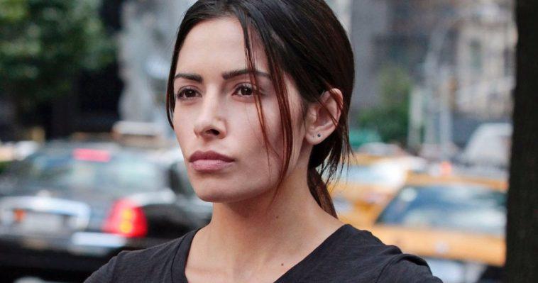 Sarah Shahi Est La Professeure Adrianna Tomaz Dans The Rock's