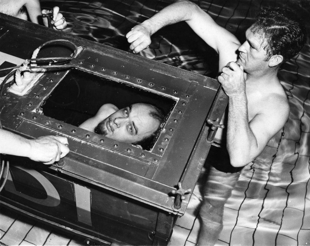 The Amazing Randi regarde du cercueil scellé dans lequel il tentera de battre son propre record d'endurance de rester deux heures sous l'eau.  (Ron Burton / Getty Images)