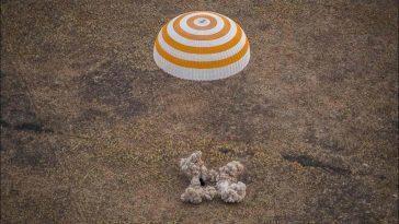 Un Astronaute De La Nasa Et Deux Cosmonautes Russes Atterrissent
