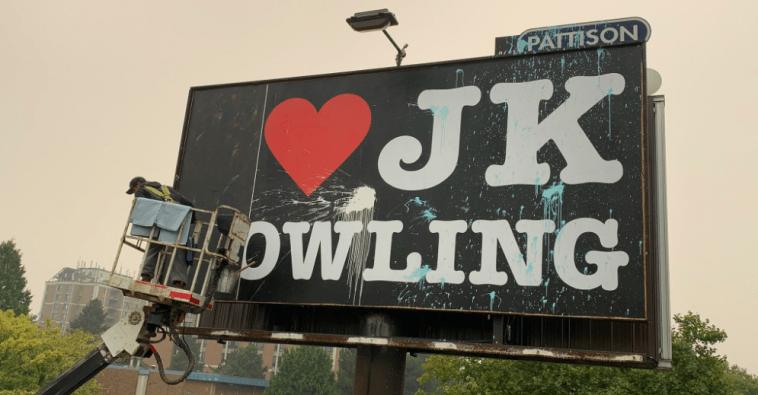 Un Homme Derrière Le Panneau `` J'aime Jk Rowling ''