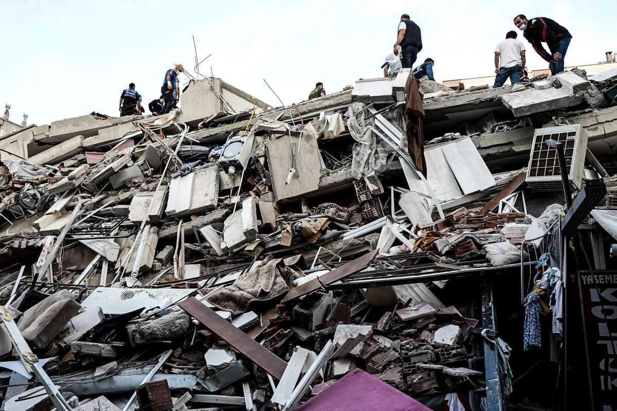 Un Puissant Tremblement De Terre Frappe Les Côtes Turques, Faisant