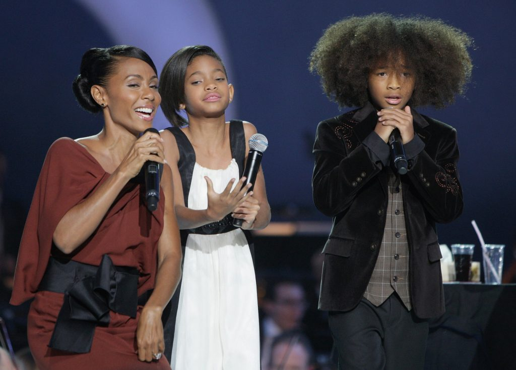 Jada Pinkett Smith, Jaden Smith et Willow Smith chantent sur scène