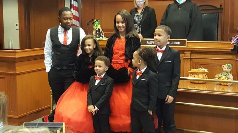 Un Père Gay Célibataire Adopte Cinq Enfants Pour Qu'ils Puissent