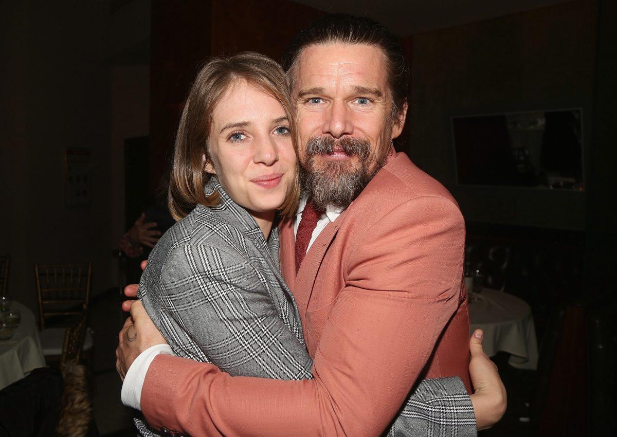 Maya Hawke et Ethan Hawke posent lors de la soirée d'ouverture de `` True West '' de Sam Shepard à Broadway le 24 janvier 2019 à New York.