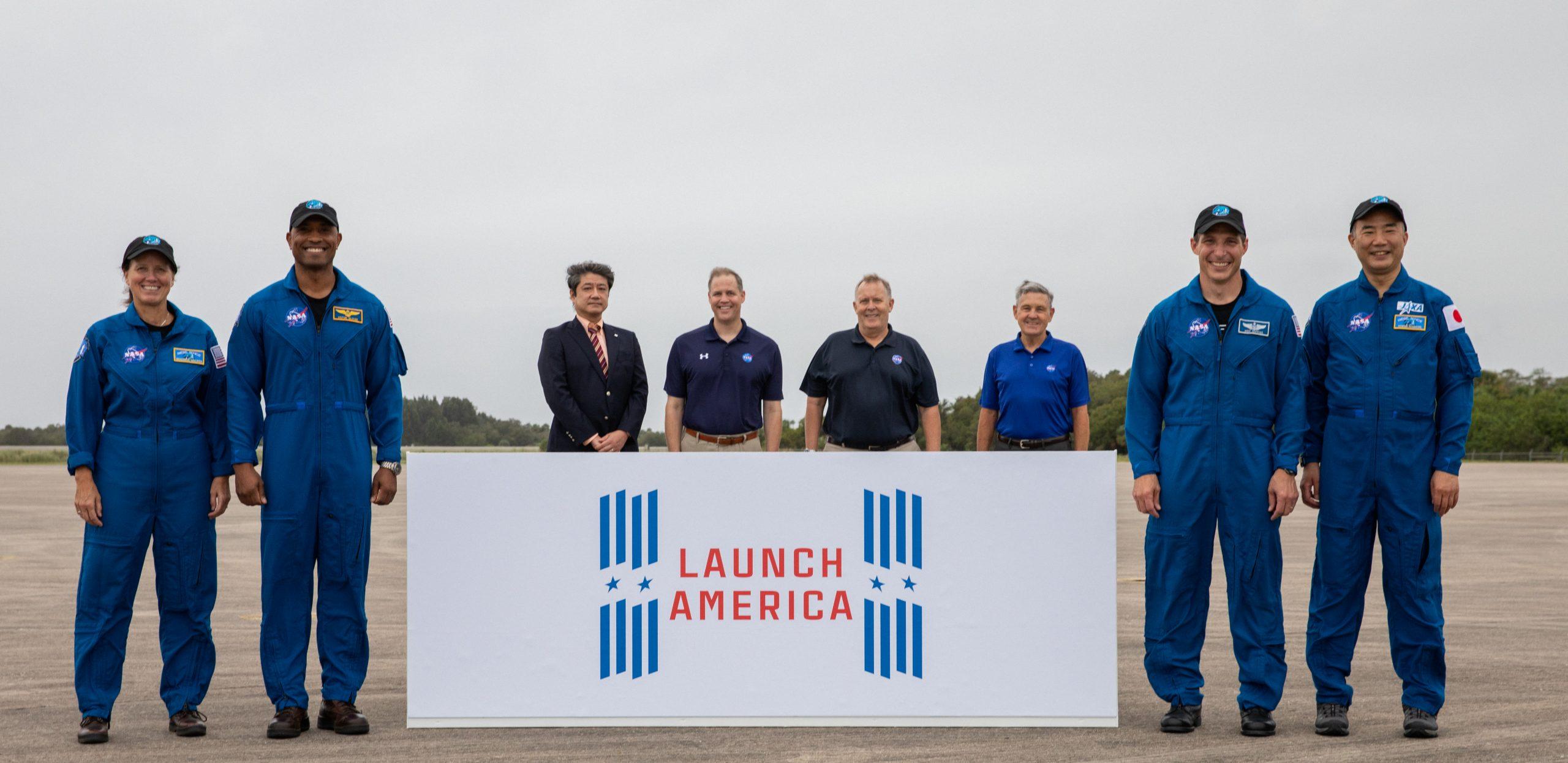 Un événement d'arrivée d'équipage pour la mission SpaceX Crew-1 de la NASA a lieu le 8 novembre 2020 à l'installation de lancement et d'atterrissage du centre spatial Kennedy de l'agence en Floride.  De gauche à droite, l'astronaute de la NASA Shannon Walker, spécialiste de mission;  L'astronaute de la NASA Victor Glover, pilote;  Junichi Sakai, directeur, Programme de la Station spatiale internationale, JAXA;  L'administrateur de la NASA Jim Bridenstine;  L'administrateur adjoint de la NASA Jim Morhard;  Bob Cabana, directeur, Centre spatial Kennedy;  L'astronaute de la NASA Michael Hopkins, commandant du vaisseau spatial;  et l'astronaute de la JAXA Soichi Noguchi, spécialiste de mission.