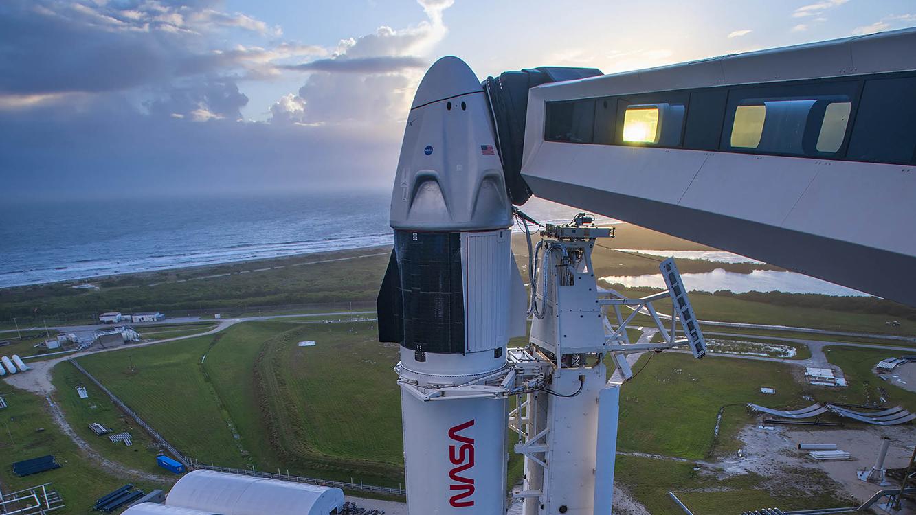 Une fusée SpaceX Falcon 9 avec le vaisseau spatial Crew Dragon sur le dessus est prête à être lancée au Launch Complex 39A, au Kennedy Space Center de la NASA en Floride, le 10 novembre 2020. SpaceX prévoit de lancer la mission Crew-1 de la NASA vers la Station spatiale internationale le 14 novembre 2020.