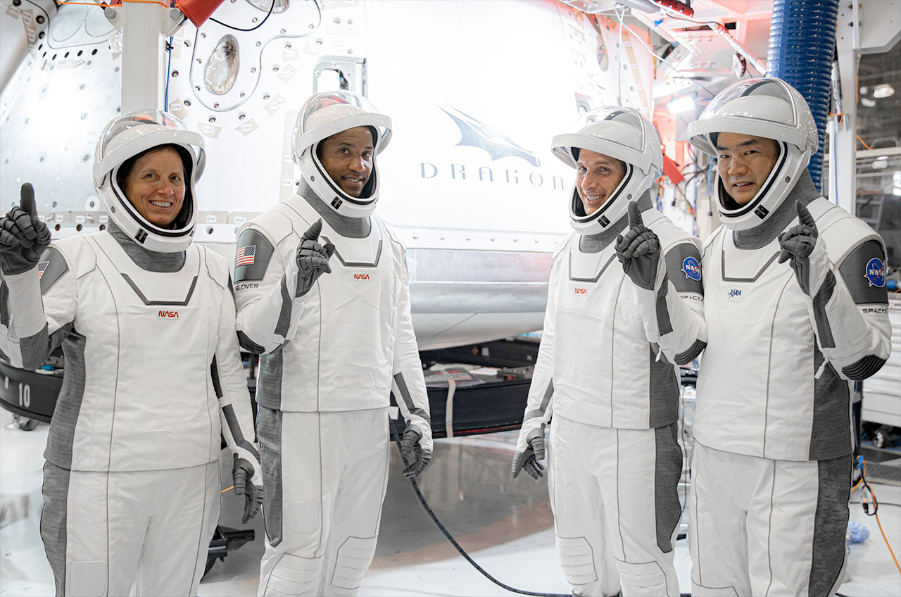 """Les astronautes de SpaceX Crew-1, y compris les astronautes de la NASA Shannon Walker, Victor Glover et Michael Hopkins et l'astronaute JAXA Soichi Noguchi, posent devant leur capsule Dragon, """"Résistance,"""" au siège de SpaceX à Hawthorne, en Californie."""