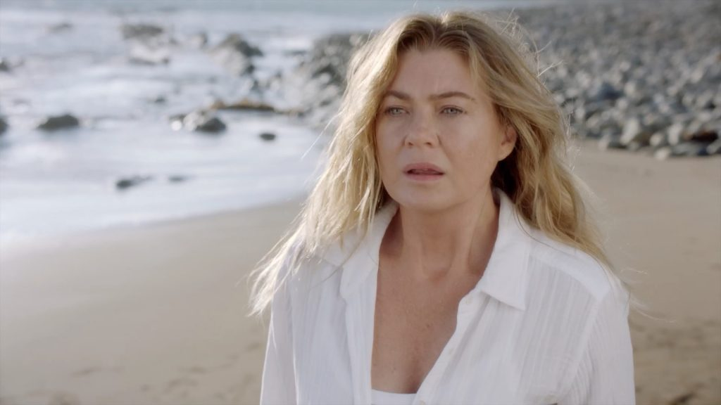 Ellen Pompeo dans le rôle de Meredith Gray sur la plage lors de la première de la saison 17 de Grey's Anatomy