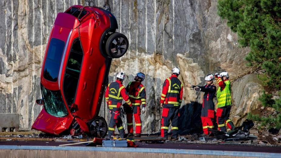 Volvo Utilise Une Grue Pour Déposer De Nouvelles Voitures D'une