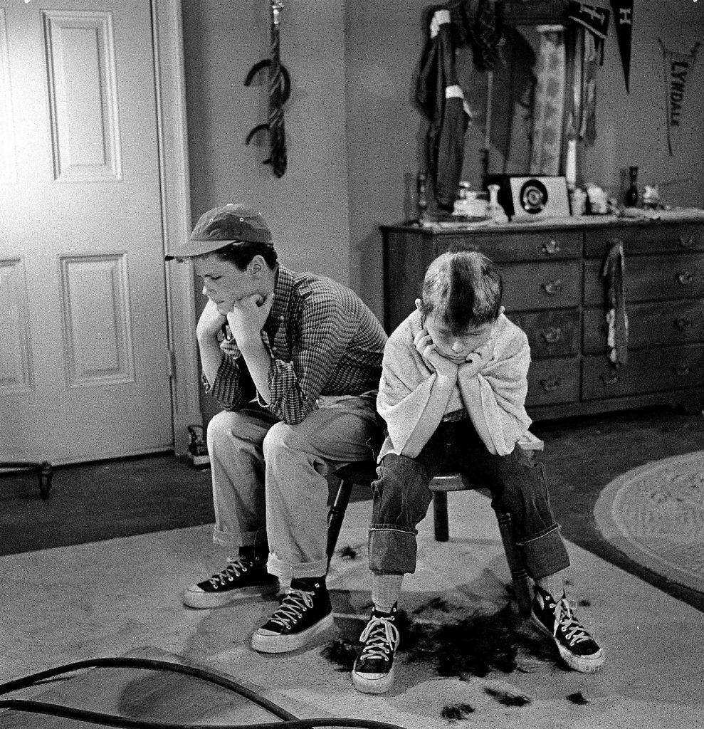 Tony Dow comme Wally Cleaver et Jerry Mathers Beaver Cleaver, s'asseoir sur un tabouret ensemble