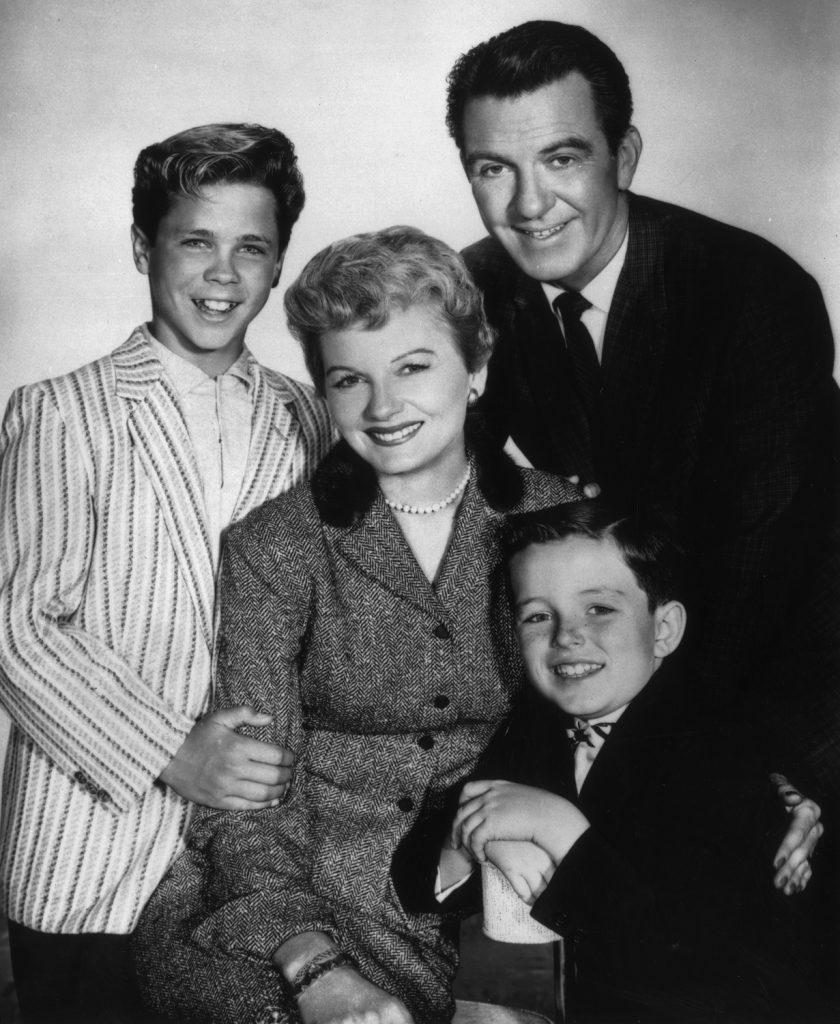 Tony Dow, Hugh Beaumont, Jerry Mathers et Barbara Billingsley posent ensemble dans un portrait promotionnel pour 'Leave It to Beaver'