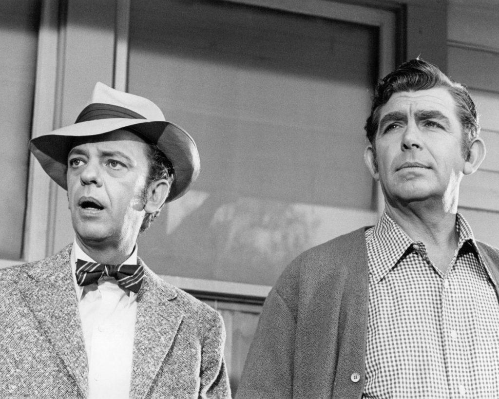 De gauche à droite: Don Knotts et Andy Griffith de 'The Andy Griffith Show'