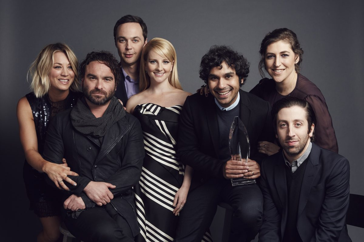 Kaley Cuoco, Johnny Galecki, Jim Parsons, Melissa Rauch, Kunal Nayyapose, Mayim Bialik et Simon Helberg posent pour un portrait aux People's Choice Awards 2016 au Microsoft Theatre