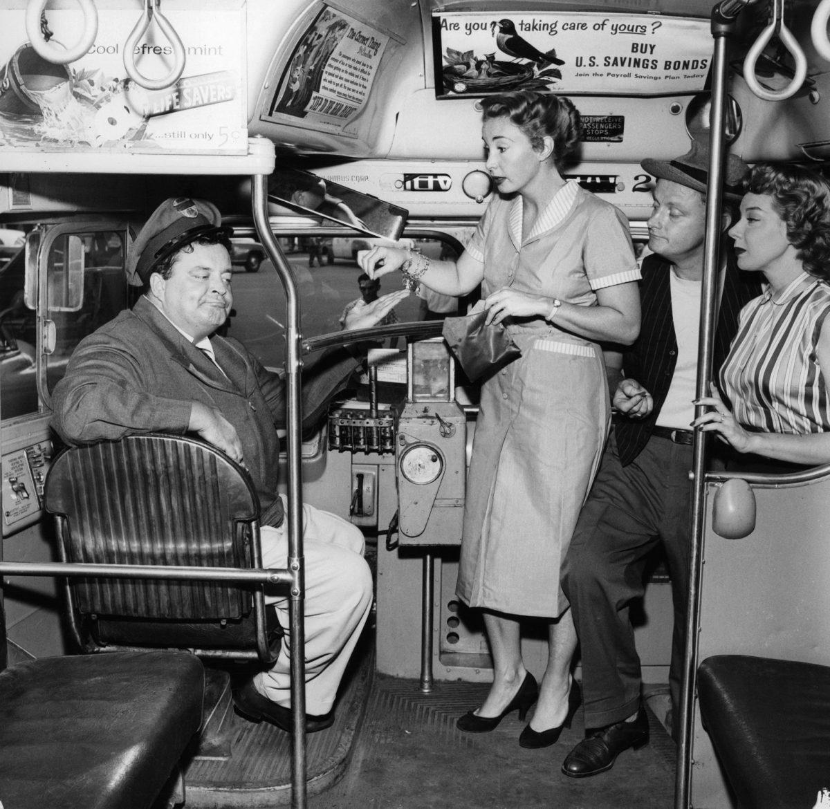 Jackie Gleason, Audrey Meadows, Art Carney et Joyce Randolph dans le bus dans un portrait promotionnel pour 'The Honeymooners'