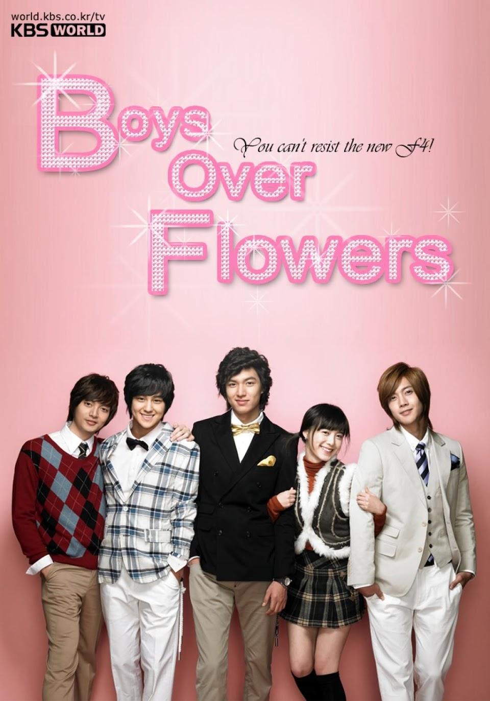 des garçons au-dessus des fleurs