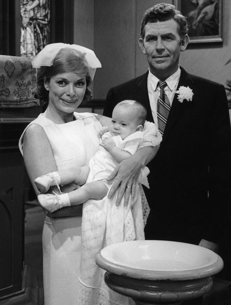 Aneta Corsaut et Andy Griffith dans une scène de 'Mayberry RFD'
